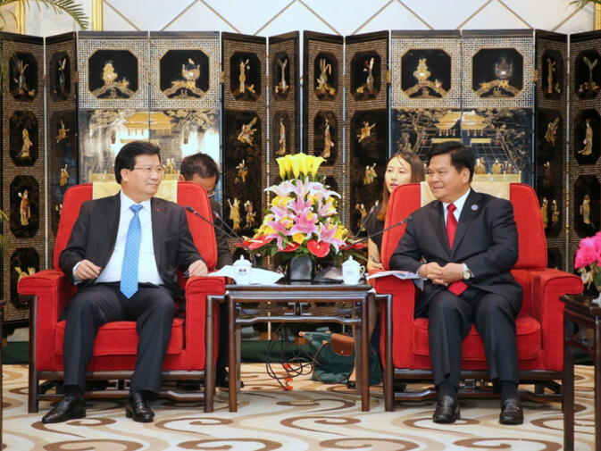 Vietnam Deputy Prime Minister Trinh Dinh Dung (left) meets with Yunnan Party Secretary Li Jiheng