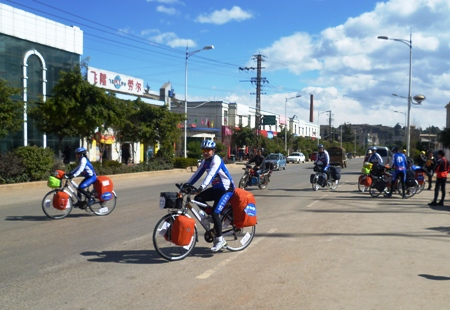 The cyclists leaving Haikou County for Yuxi
