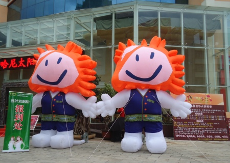 Inflatable twins in front of the Twins Hotel