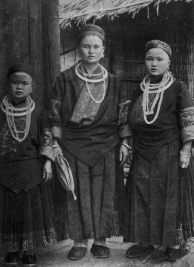 Black Miao mother and daughters