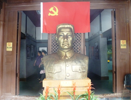 A bust of Yunnan CPC secretary general Wang Desan greets visitors