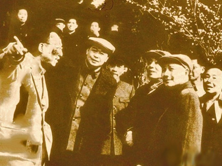 Wu Zhengyi (far left) speaking to Deng Xiaoping (behatted, right) at the Kunming Institute of Botany in 1964