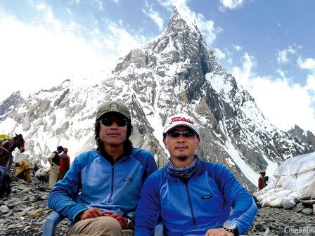Yang Chunfeng (left) and Zhang Jingchuan together at K2 basecamp in 2012