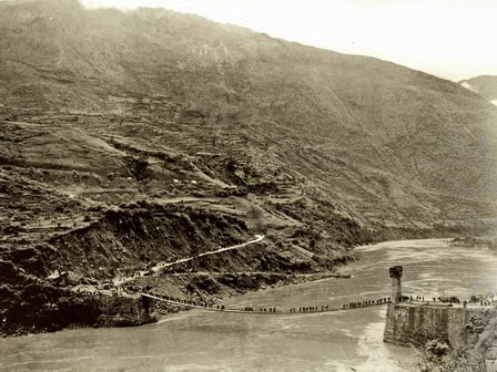The Huitong Bridge in 1944 with the eastern bridge tower still missing. Only limited traffic could pass as the bridge was shelled from Songshan Mountain during its reconstruction.