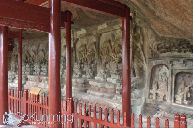 La grotte représentant Bouddha entouré de trois têtes, bodisattvas six armées