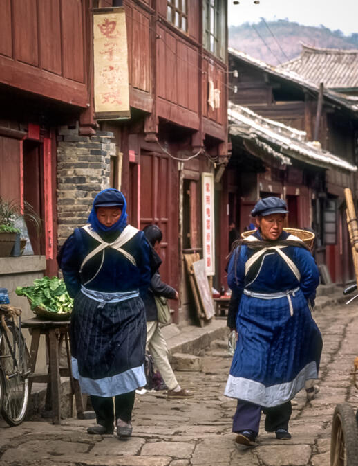 Naxi women on a Dayan street