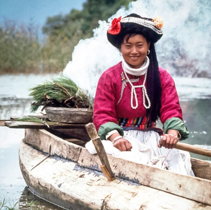 Mosuo woman performing the Floating Offering