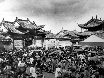 A festival scene at Wenchang Gong Temple (文昌宫) in 1900. Today this is the intersection of Wenlin Jie and Jianshe Lu/Dongfeng Xi Lu