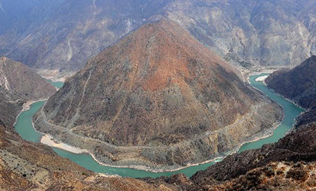 A bend on the Jinsha River in northwestern Yunnan