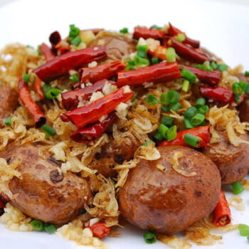 Deep-fried potatoes with spicy peppers