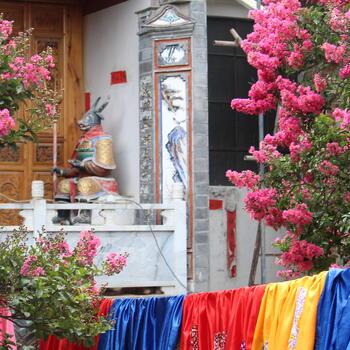 A kaleidoscopic scene in Shangjian Temple